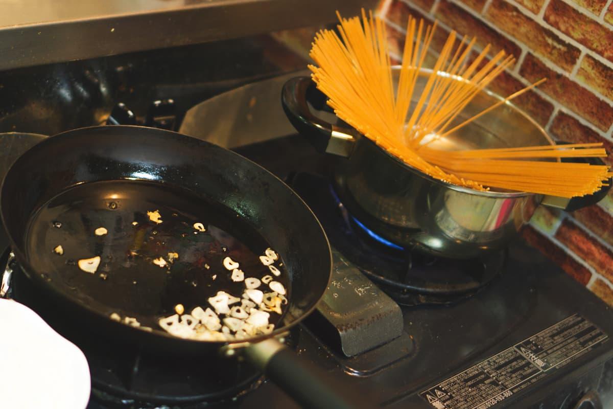 ソースを作りつつ、パスタを茹でる〜