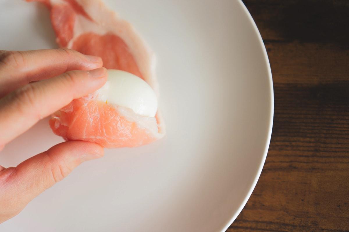 卵に肉を巻く