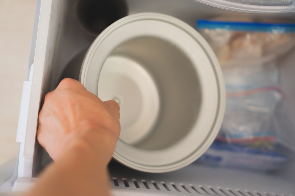 容器を冷凍庫から取り出す