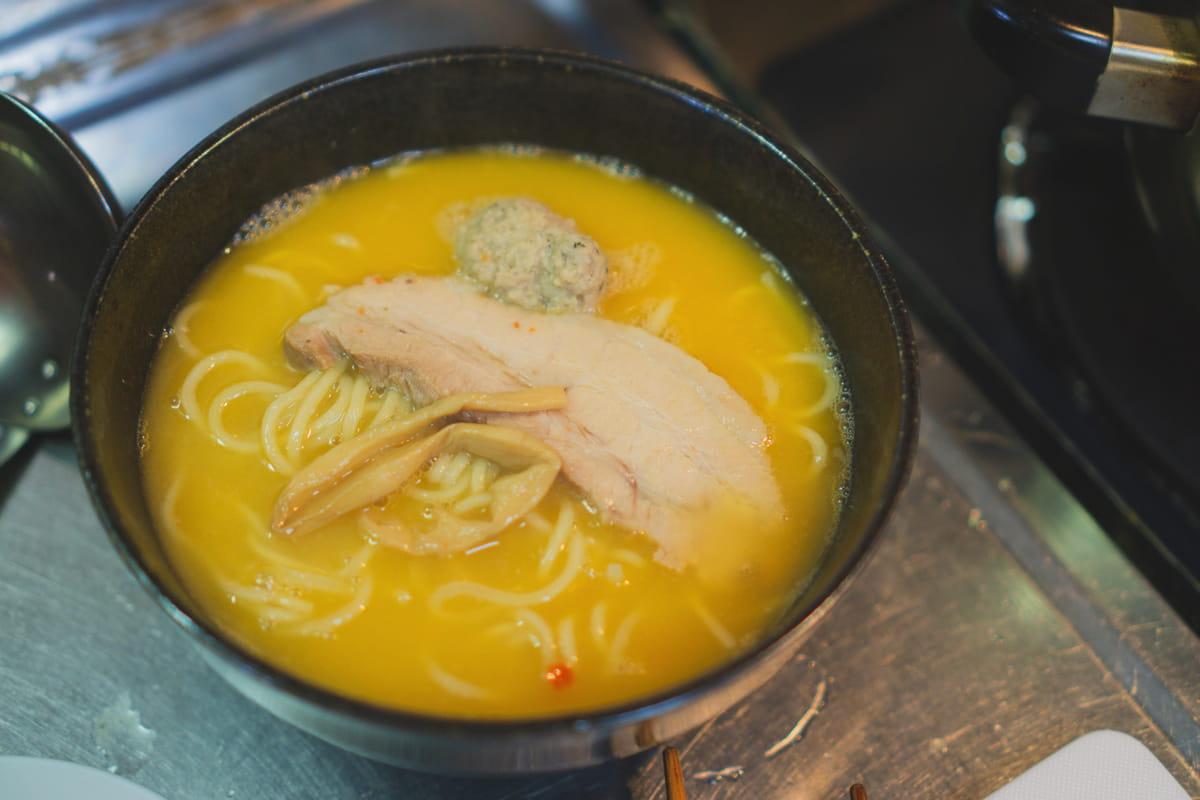 麺とスープを入れる