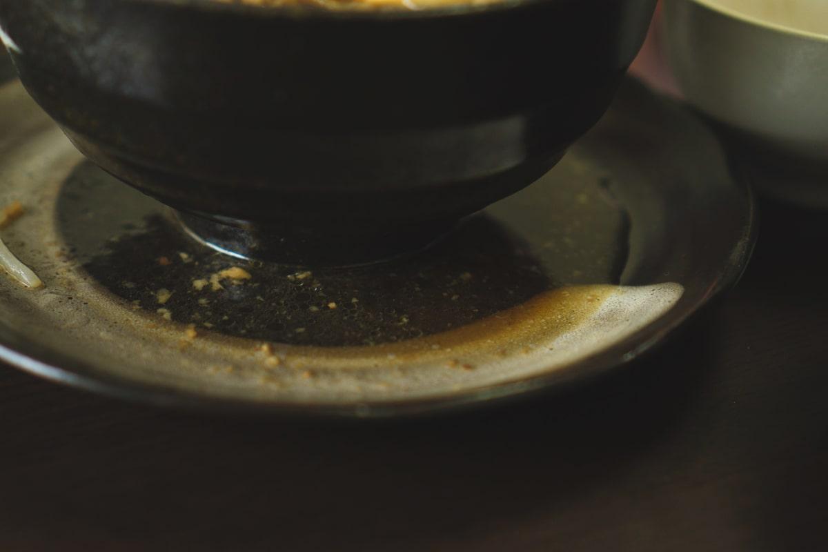 スープが溢れるので皿を用意しよう