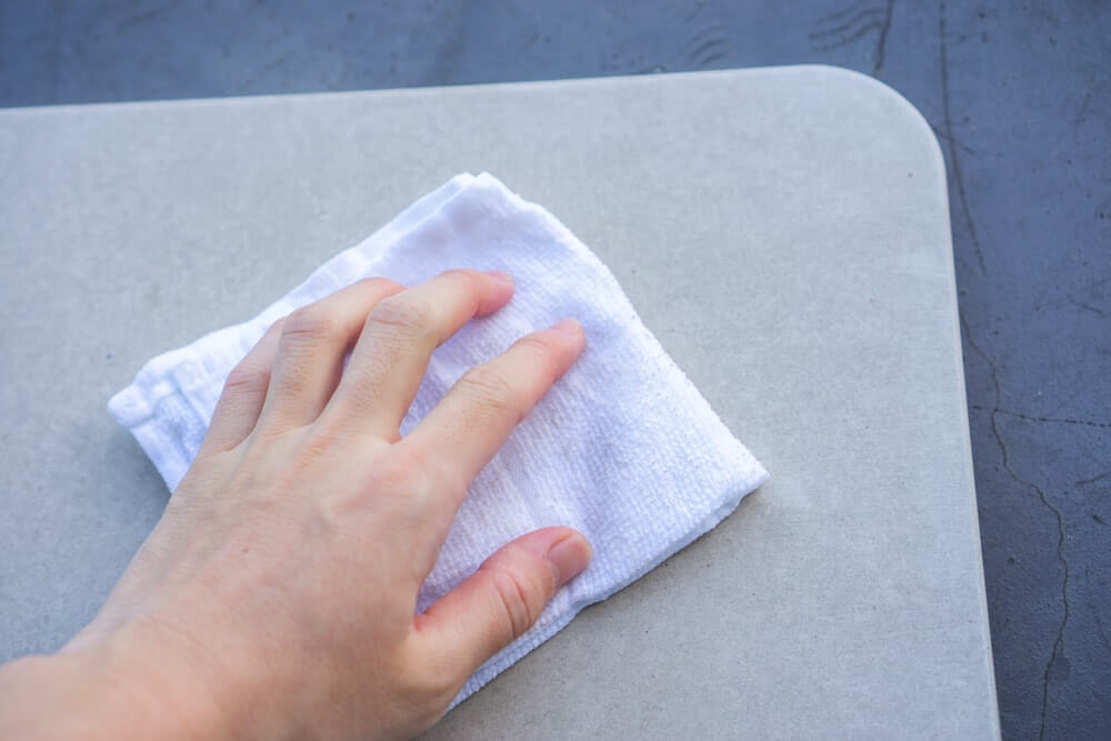 タオルで表面を何度か拭きます