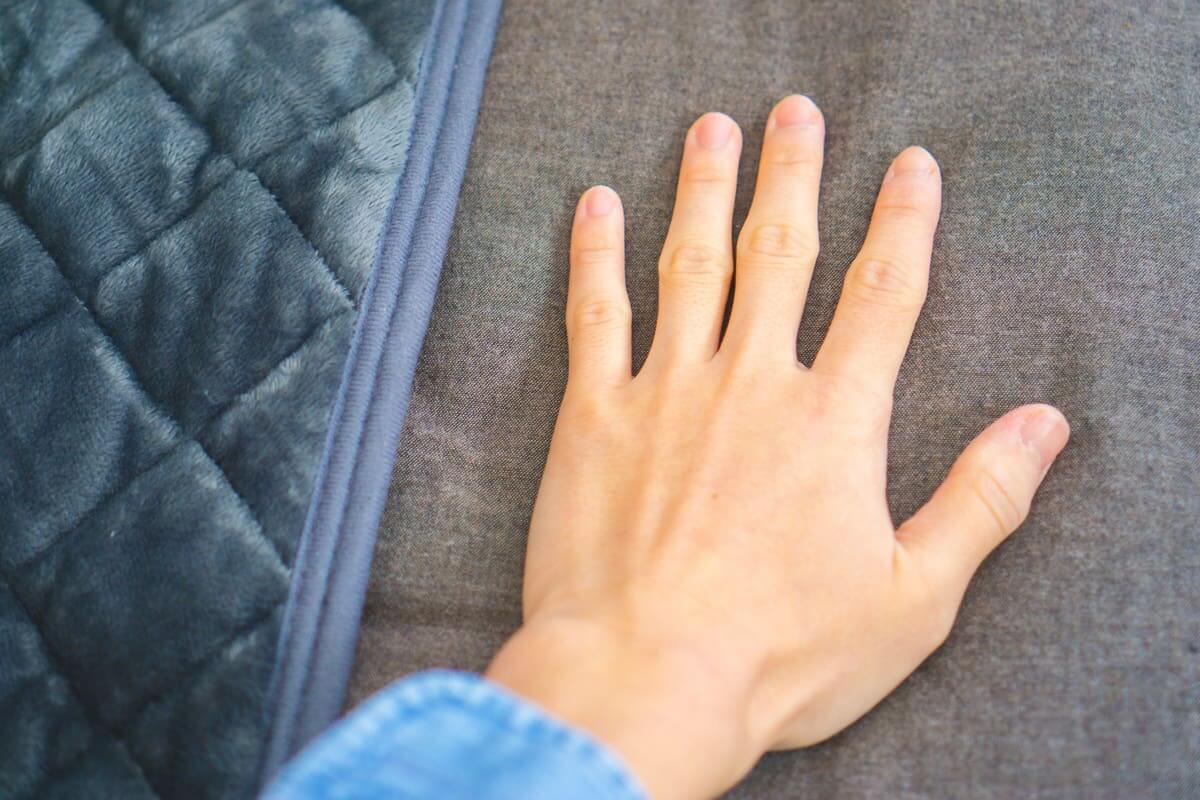 シーツの上に手を置くと、いつまでたっても冷たい