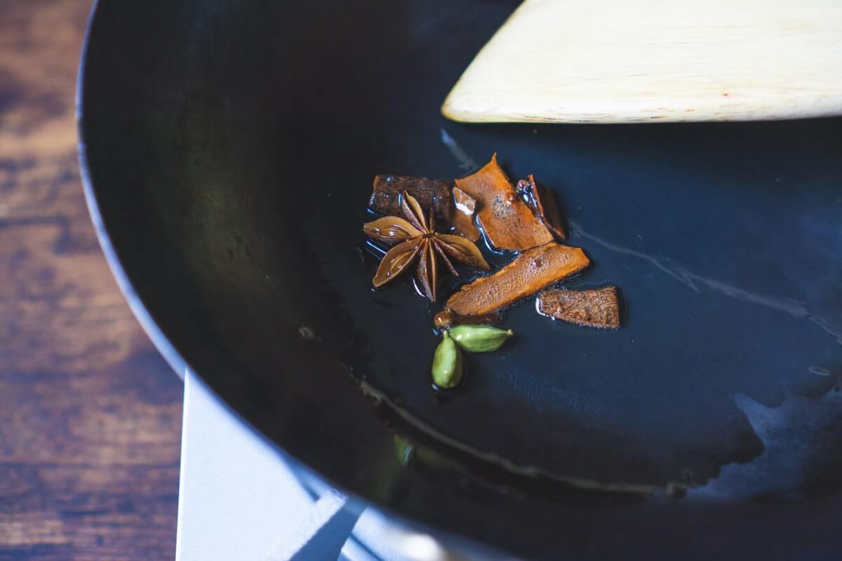 ホールスパイスを全部入れ1分ほど炒める