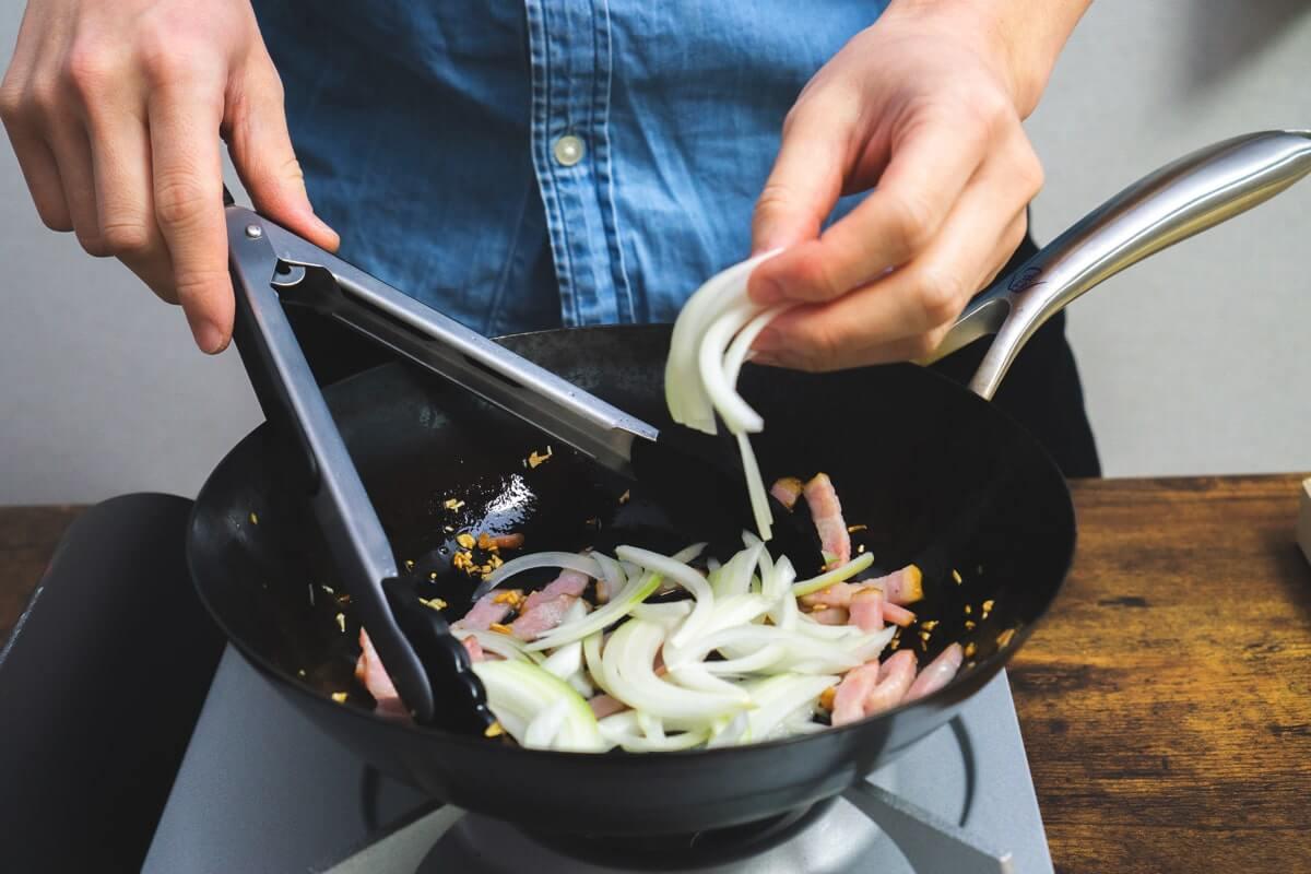 玉ねぎアスパラガスを加えて炒める