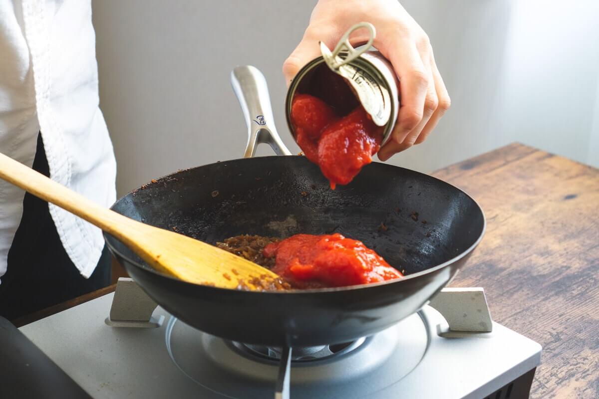 トマト缶を入れる