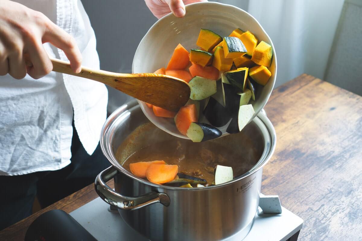 固い野菜を加える
