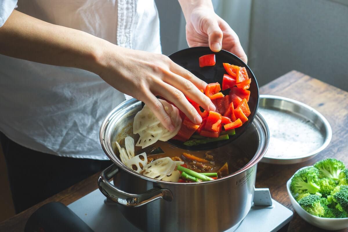 火の通りやすい野菜を入れる