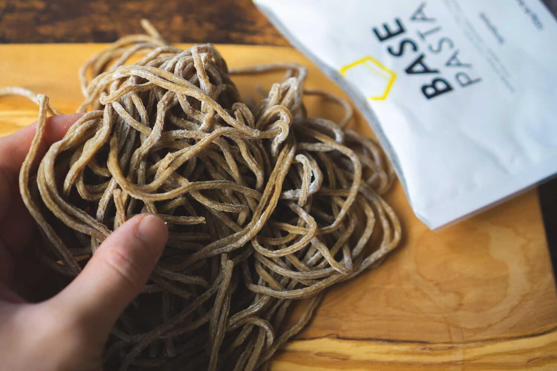 栄養満点!茶色いそばの様な麺