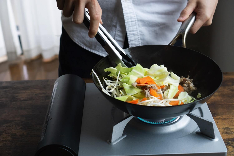 チャーハンや野菜炒めなどの炒め物は深底の「打出し鉄フライパン」