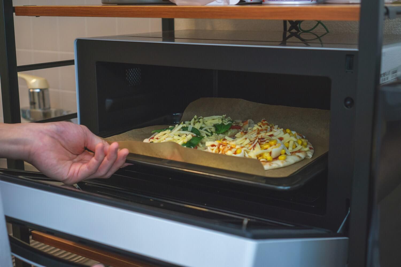 ピザをオーブンで焼いていく