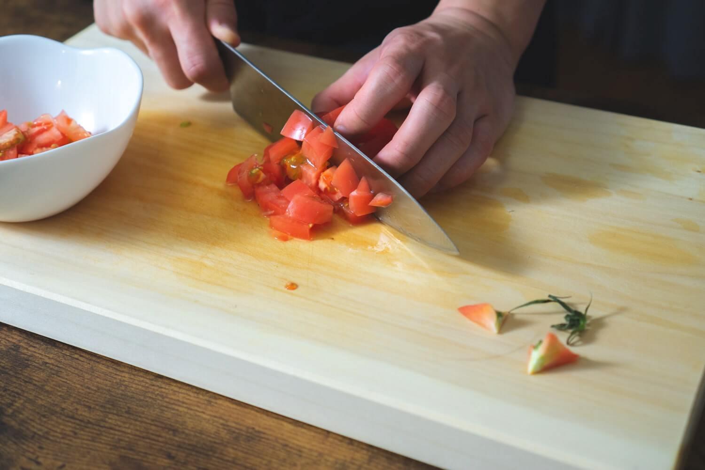 トマトをカットする