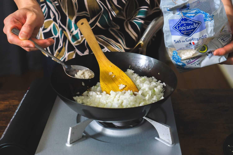 玉ねぎと塩を炒める