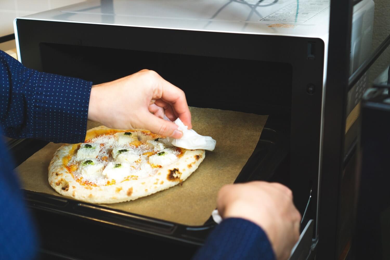 この時、ピザのミミを霧吹きや、濡らしてキッチンペーパーなどで湿らす