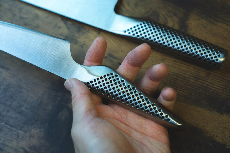 ペティナイフの方は柄の下の方が細く