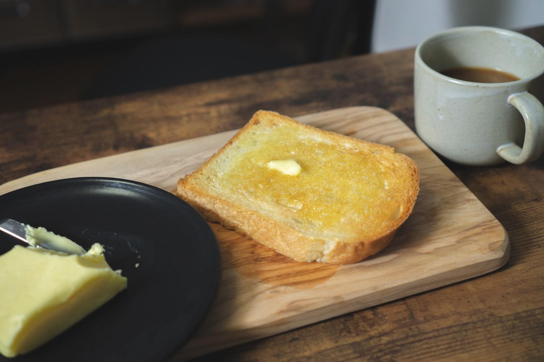 グラスフェッドバター食パンにたっぷりのせる