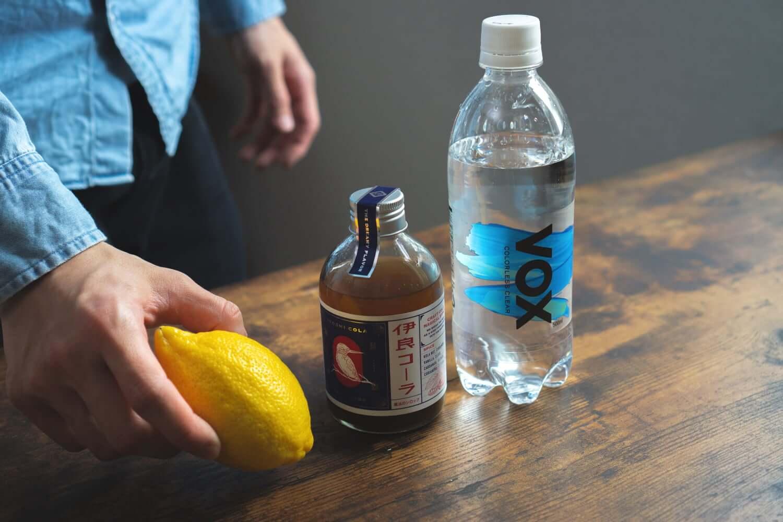 クラフトコーラ「伊良コーラ」の魔法のシロップを炭酸で割る