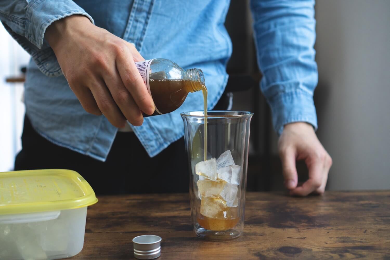氷を入れたグラスに「伊良コーラ」入れて