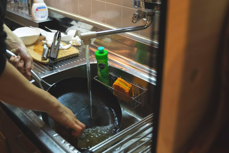 使い終わったら熱いうちに洗う。洗剤は使わない!