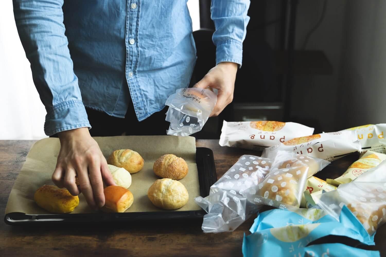 鉄板にパンを並べる