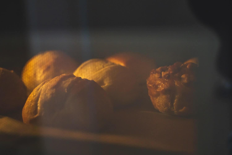 パンをオーブンで焼く