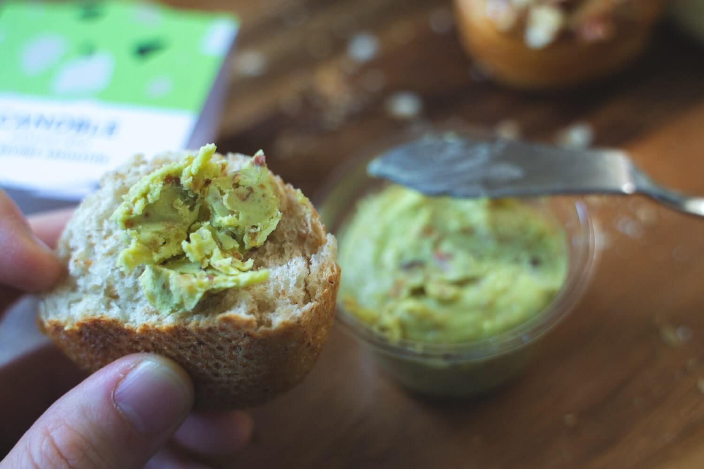 ナッツのカリカリ食感と香ばしさ、バターのコクが堪らない