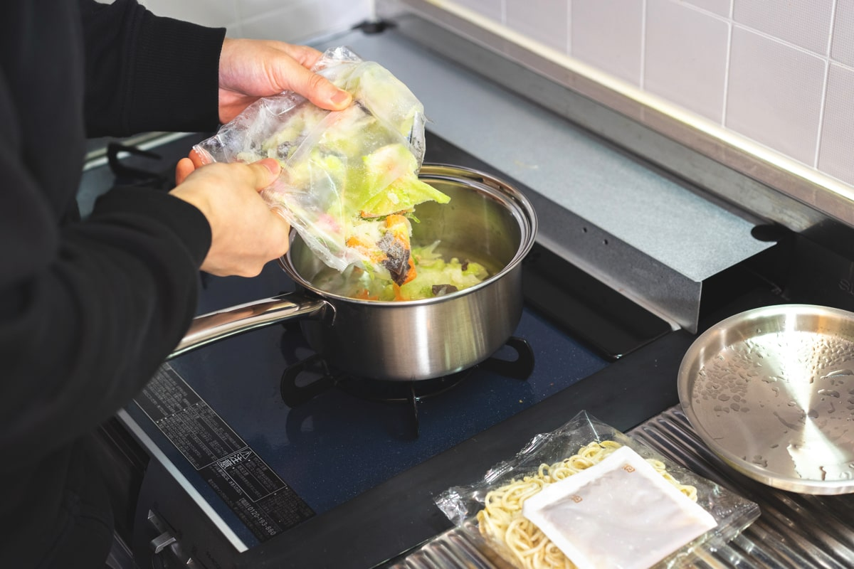 野菜と麺を入れる