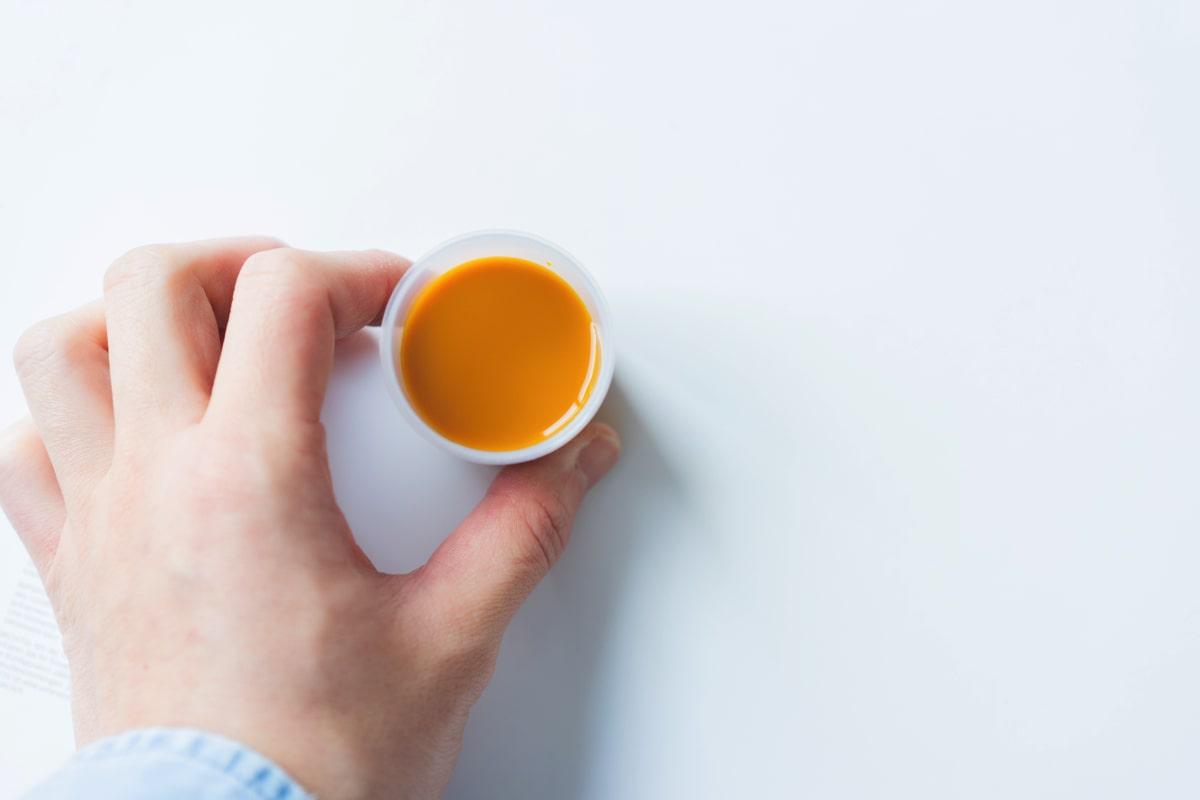 濃いオレンジ色のジュース