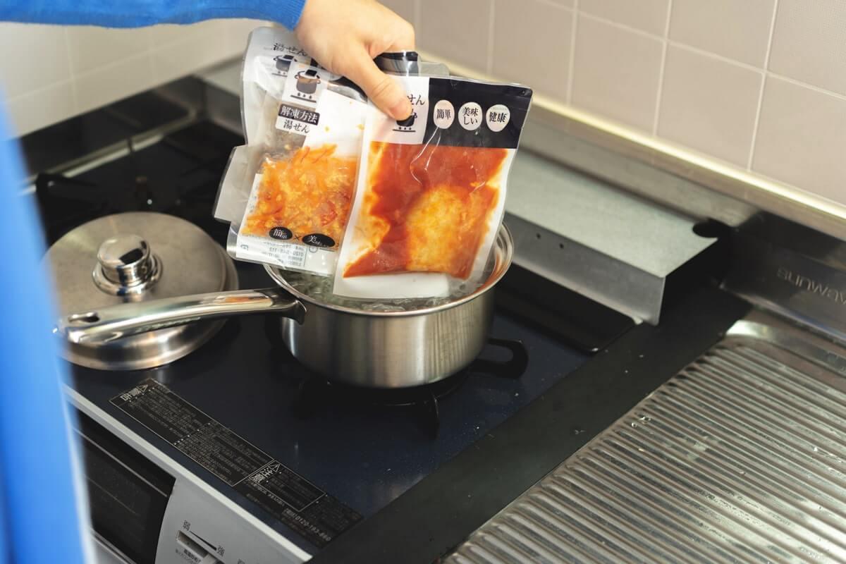 冷凍おかずパックを湯煎する
