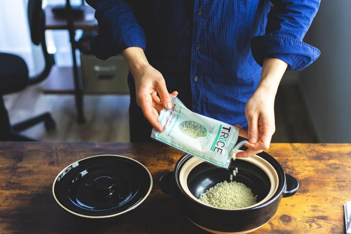 米を釜に入れる